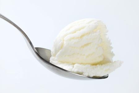 Mražený jogurt na kovové lžíci