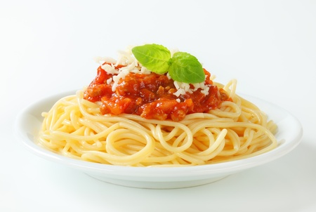plato de comida: Espaguetis con salsa de tomate a base de carne y queso