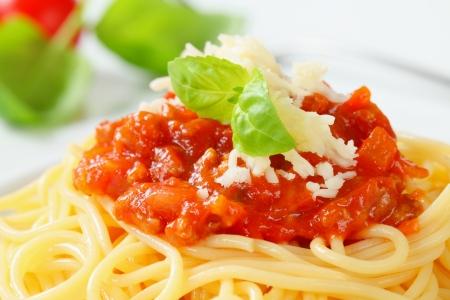 makarony: Spaghetti z mięsnych sosem pomidorowym i serem