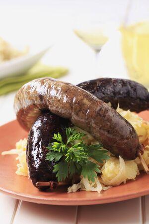 Blutwurst und Leberwurst mit Sauerkraut und Kartoffeln