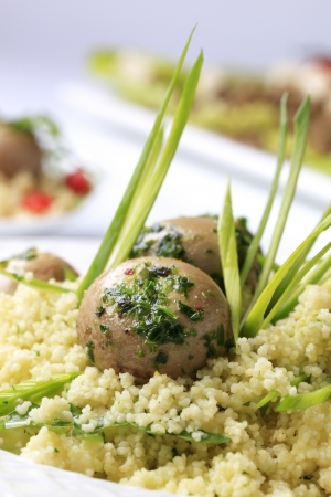 kuskus: Vegetarian meal - Couscous with button mushrooms, pesto and spring onion
