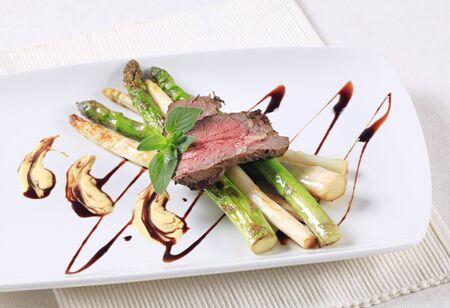 steak beef: Slices of roast beef and asparagus