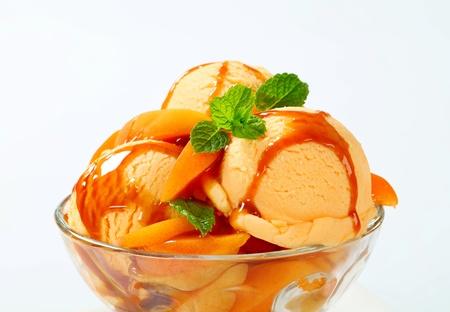 coppa di gelato: Gelato con fresco di albicocche e salsa al caramello