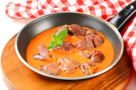 higado de pollo: H?gado de pollo con salsa de tomate Foto de archivo