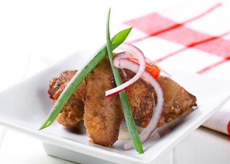 higado de pollo: Pan frito h?gado de pollo en el plato