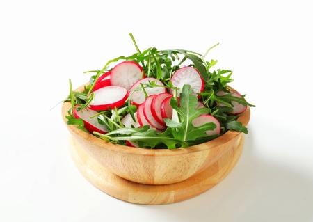 roquette: Bowl of rocket salad and sliced radish