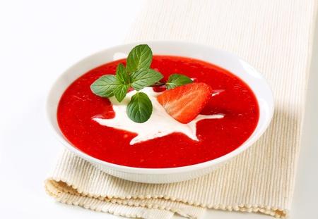 Miska chlazené jahodovou polévku se smetanou Reklamní fotografie