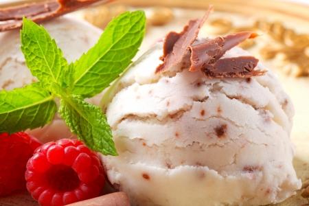 stracciatella: Scoops of stracciatella ice cream topped with chocolate shavings