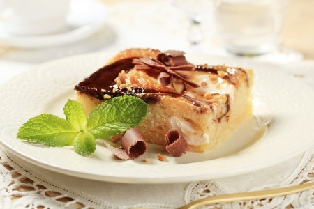 chocolate syrup: Un pedacito de bizcocho cubierto con queso crema y salsa de chocolate