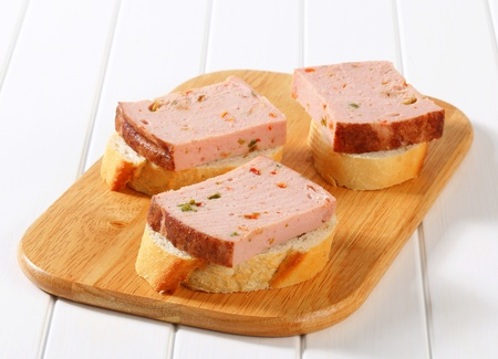 meat loaf: Slices of spicy meat loaf on crispy bread roll