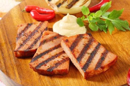 pastel de carne: Rebanadas de pastel de carne a la parrilla con mostaza Foto de archivo