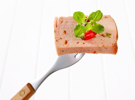 albondigas: Rebanada de pastel de carne picante en el tenedor