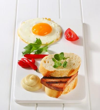 albondigas: S�ndwich de pastel de carne a la plancha, huevo frito y mostaza