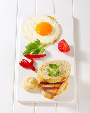 pastel de carne: S?ndwich de pastel de carne a la plancha, huevo frito y mostaza