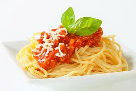 Espaguetis con salsa de tomate a base de carne y queso Foto de archivo - 20777303