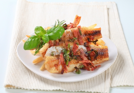 pan fried: Pan filetti di pesce fritto con patatine fritte