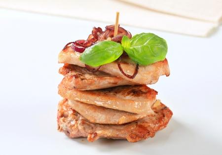 pan fried: Pila di pan cotolette di maiale fritte