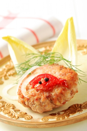 escarola: Pan frito hamburguesa con guarnici?n de hojas de endibia