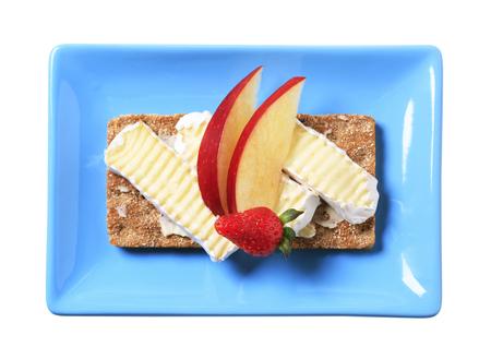 crispbread: Cracker di grano intero con formaggio bianco scorza Archivio Fotografico
