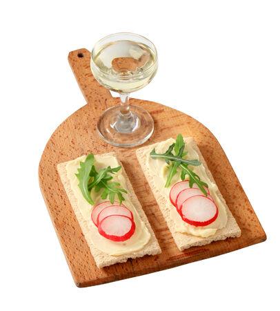 crispbread: Pane croccante con radicchio e rucola sul tagliere Archivio Fotografico