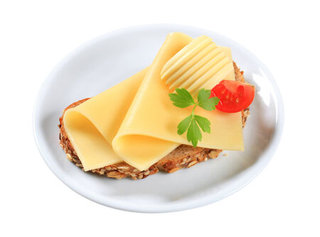 edam: Whole grain bread with sliced cheese