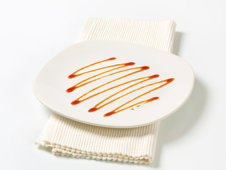 caramelo: Salsa de caramelo en un plato