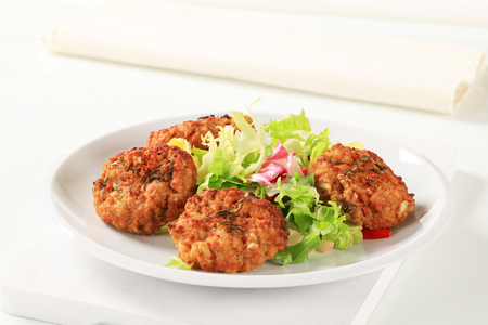 Fried vegetable patties with green salad Standard-Bild