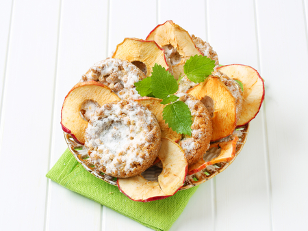 apple crumble: Small apple crumble cakes and apple chips