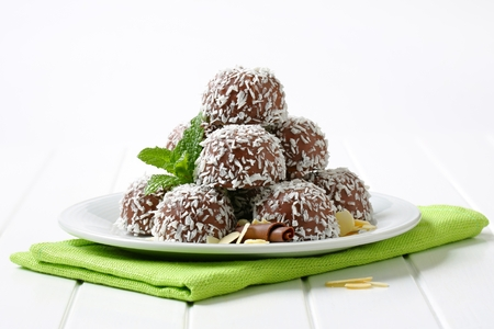 No-bake chocolate snowball cookies rolled in coconut Standard-Bild