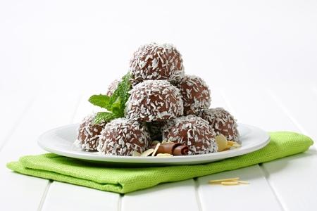 No-péct čokoládové sušenky sněhové koule se hrnul do kokosu Reklamní fotografie - 25206915