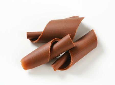 白い背景の上にチョコレートのカール