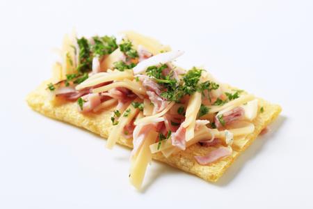 crispbread: Pane croccante con prosciutto e formaggio rabbocco Archivio Fotografico