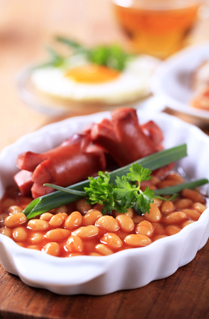 english breakfast: English breakfast of baked beans, sausages, fried egg and bacon