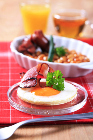 bacon baked beans: Fried egg with bacon and baked beans with grilled sausages