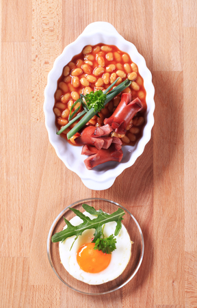 lima beans white beans: English breakfast of baked beans, sausages and fried egg