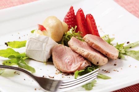accompaniment: Slices of roasted pork tenderloin and accompaniment
