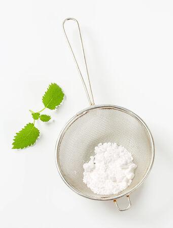 sucre glace: Sucre glace dans une passoire Banque d'images