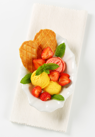 mango fruit: Ice cream with fresh strawberries and thin waffles