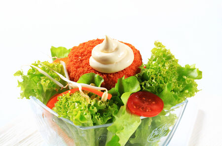 gronostaj: Zielona sałatka ze smażonym serem i majonezem panierowany