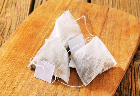 sachets: Bolsas en forma de pir�mide de t� en la tabla de cortar