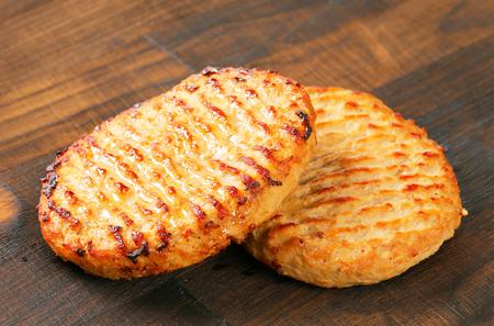 pan fried: Polpette hamburger Pan fritto sul tagliere