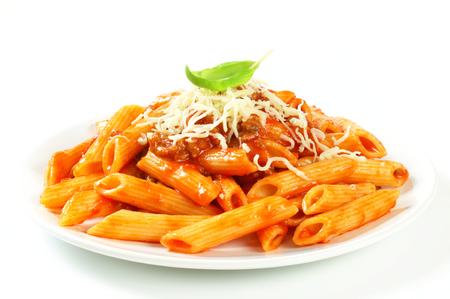 Penne těstoviny s masem na základě rajčatovou omáčkou a sýrem Reklamní fotografie