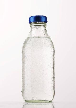 bebidas frias: Agua purificada en una botella de vidrio Foto de archivo