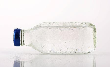 purified: El agua purificada en una botella de vidrio