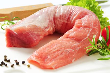 まな板の上の生豚ヒレ肉