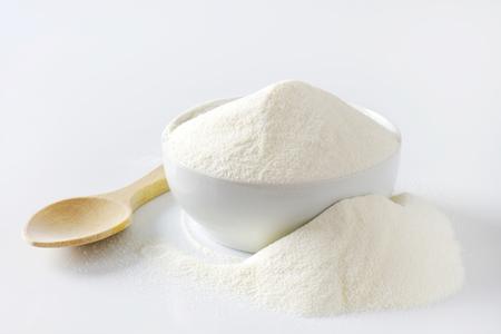 生クリームのボウル粉ミルク
