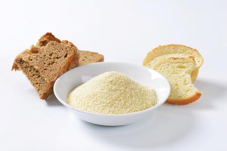 古くなったパンと細かく地面パン粉の山の部分