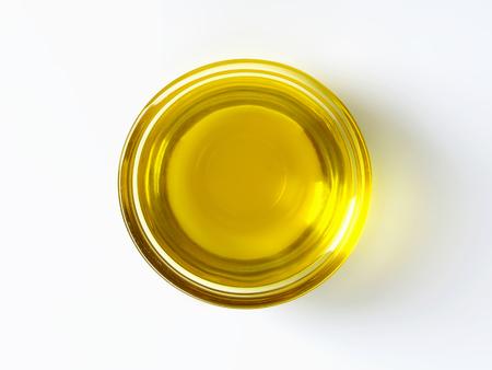 huile: L'huile d'olive dans un bol en verre