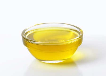 Olijfolie in een glazen kom Stockfoto