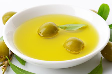 pitted: Olive verdi snocciolate e ciotola di olio